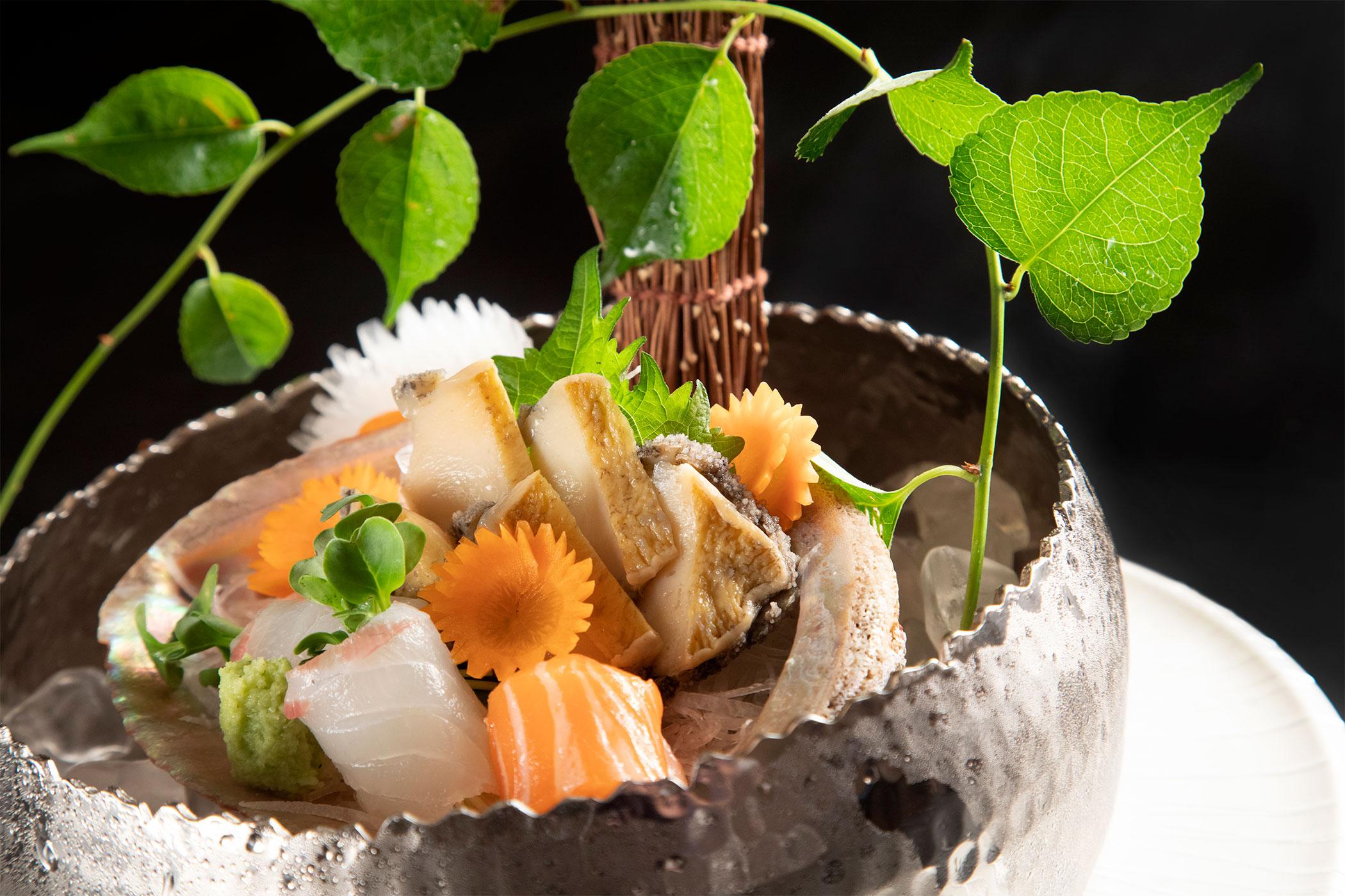 銀彩小槌目浅型盛鉢中